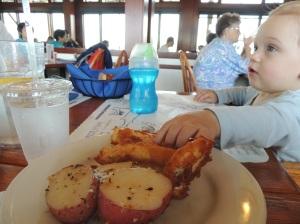 Nham, almoçando peixinho com batatas!